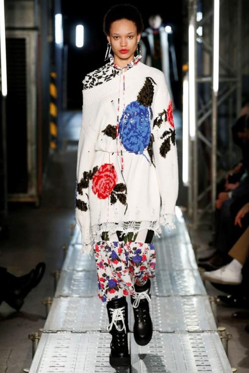 Белый свитер с крупной цветочной вышивкой