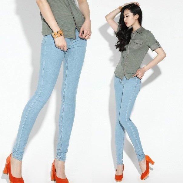 на фото джинсы скинни