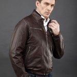 мужчина в тёмно коричневой куртке