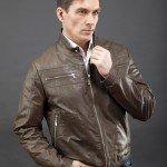 мужчина в коричневой куртке