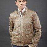 мужчина в светло коричневой куртке