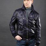 мужчина в черной куртке