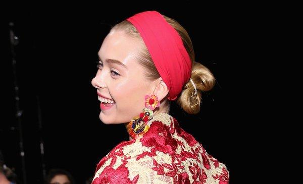 Модель с причёской сложный узел и повязкой на голове