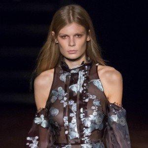 Платье с вырезом на плечах