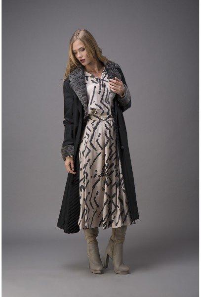 Модель в длинном черном пальто на кролике