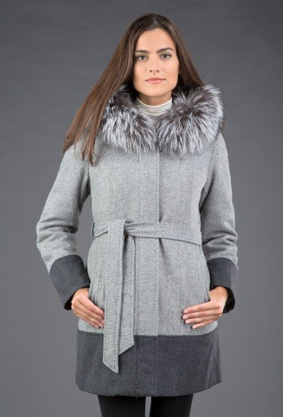 Модель в зимнем шерстяном пальто