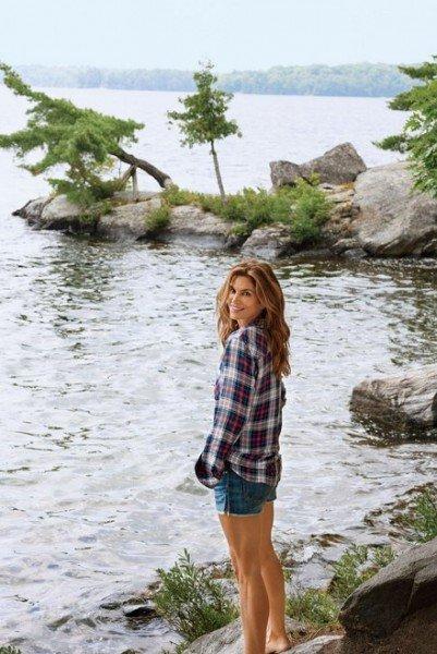 Синди Кроуфорд возле дома у озера