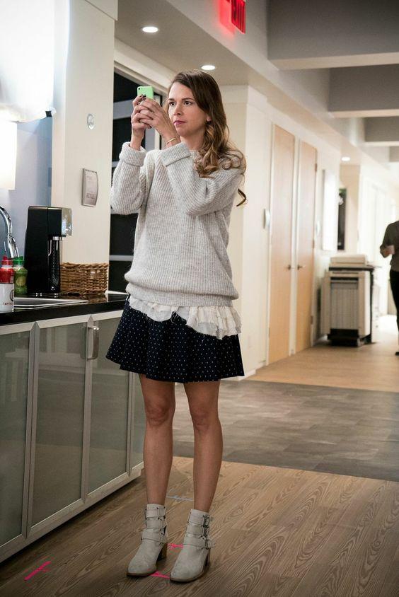 Лиза, героиня сериала «Юная», делает селфи