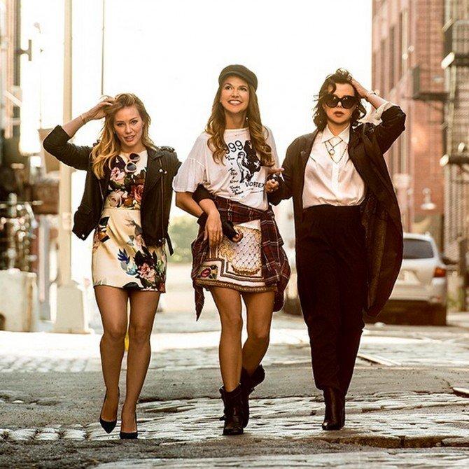 Девушки из сериала «Юная» идут вдоль дороги
