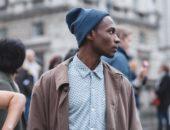 Мужчина в шапке-бини в профиль
