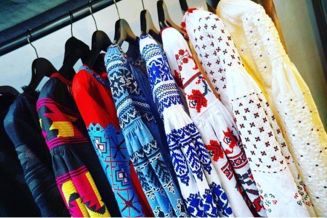 Платья с вышивкой на вешалках