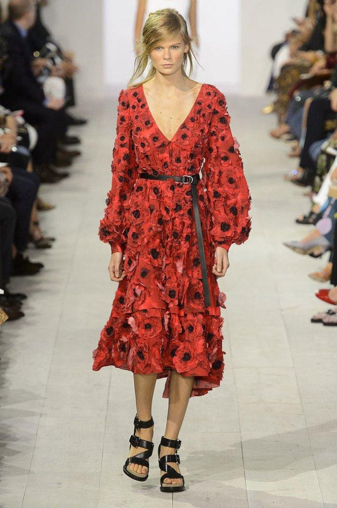 Девушка в красном платье от Michael Kors