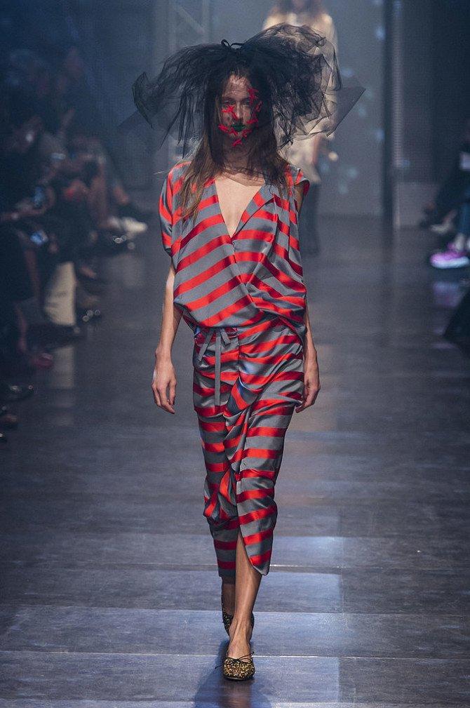 Девушка в одежде от Vivienne Westwood