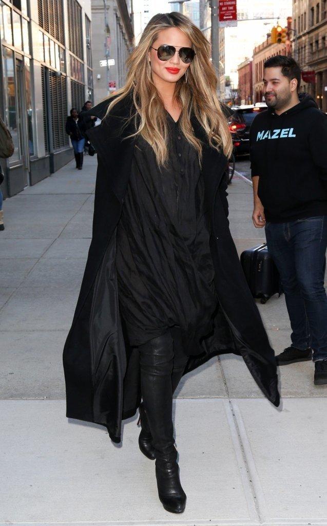 Крисси Тейген в чёрном платье и высоких сапогах