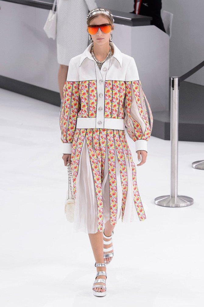 Модель в светлом нарядеот Chanel