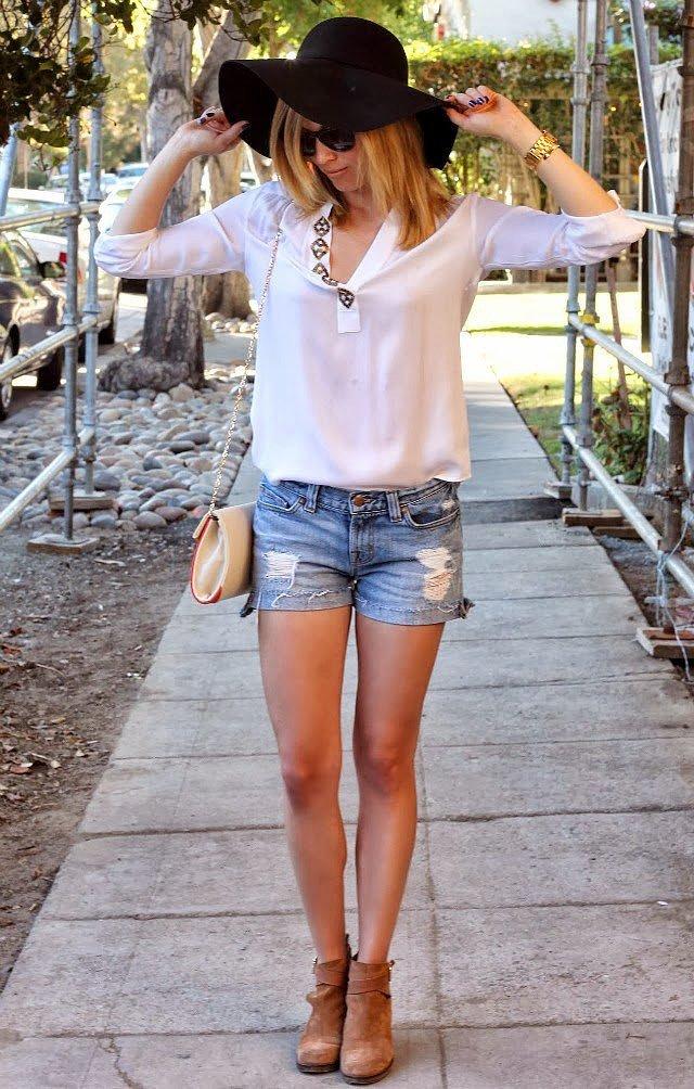 Спортивная девушка в коротких шортах