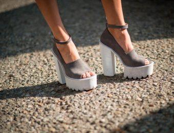 Женская обувь на танкетке — 2016 год будет красочным