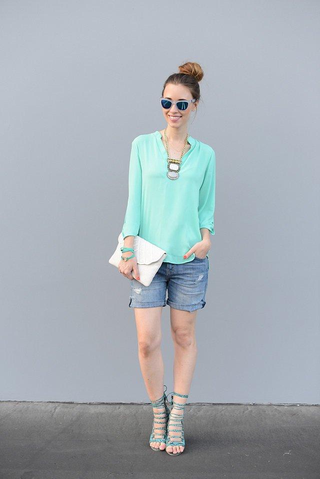 Девушка в джинсовых шортах до середины бедра