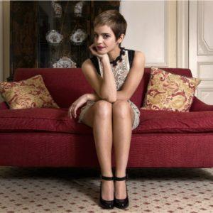 Эмма Уотсон на красном диване