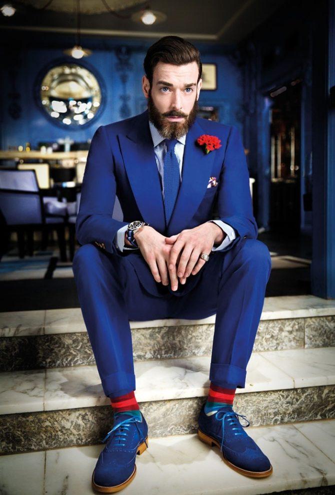 Мужчина в синем костюме