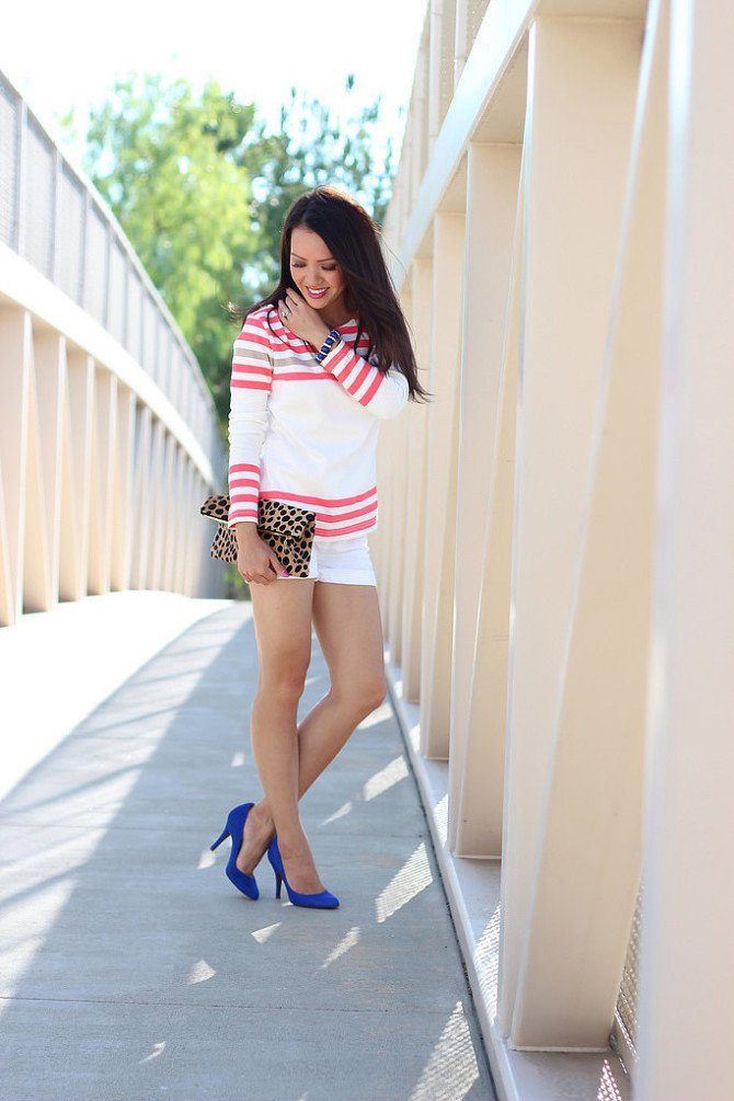 Невысокая девушка в коротких шортах