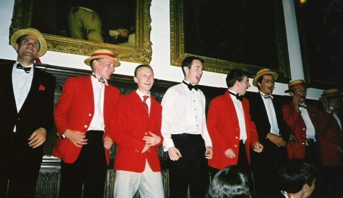 Поющие мужчины из Клуба лодочников Кембриджского университета