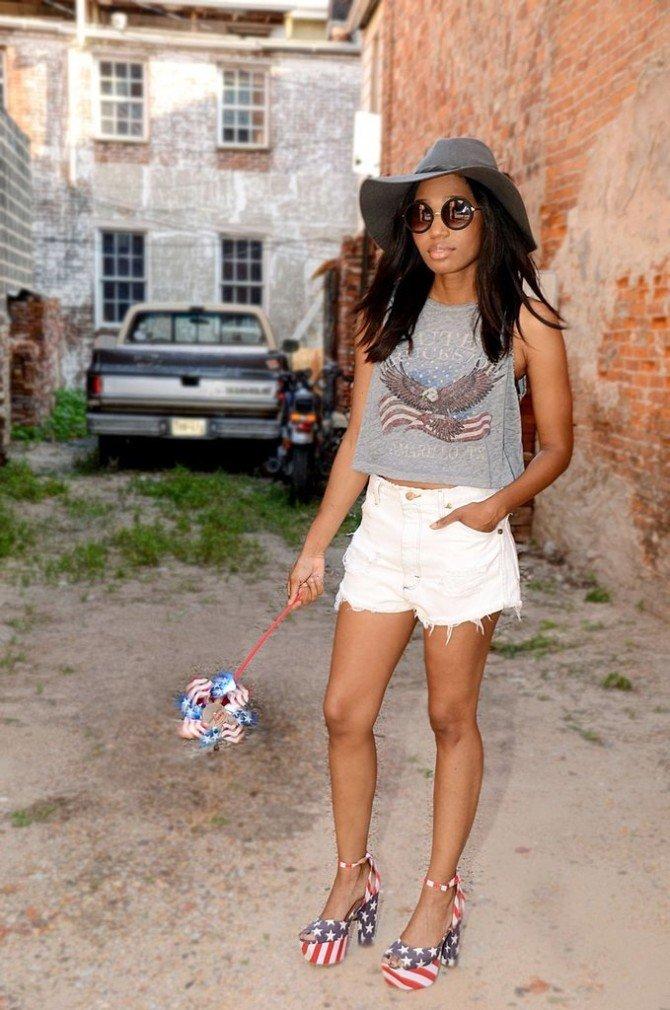 Девушка в шортах и коротком топе