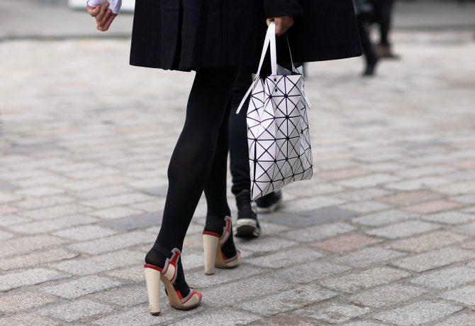 Девушка с белой сумкой Bao Bao