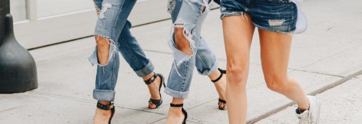 Девушки в джинсах и шортах из денима