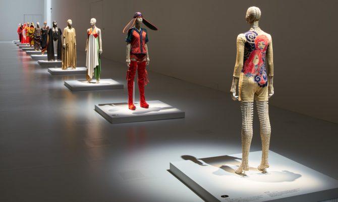 Одежда от Иссея Мияке на манекенах