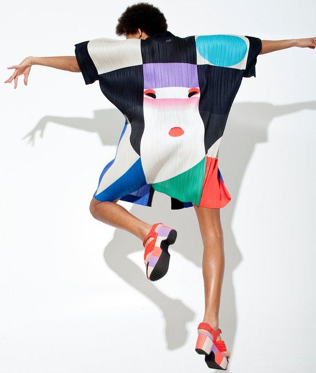 Модель в пальто от Иссея Мияке