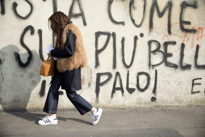 Девушка в джинсовых кюлотах