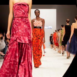 Модели и зрители на показе Oscar de la Renta