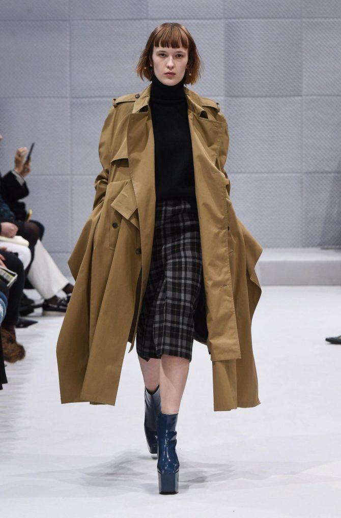 Модель в тренче от Balenciaga