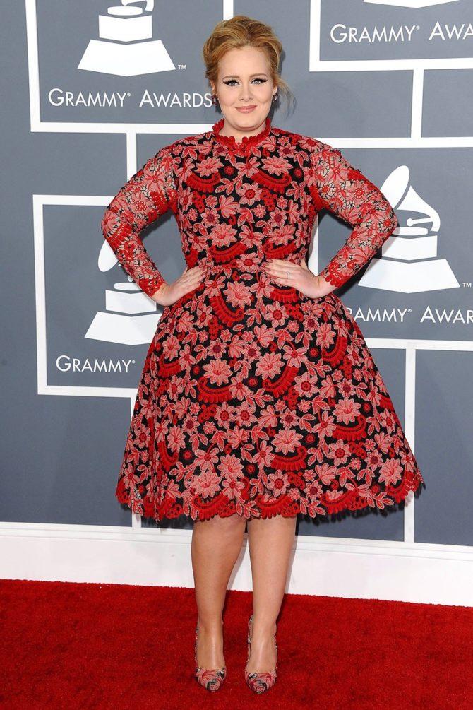 Адель в чёрно-красном платье с вышивкой