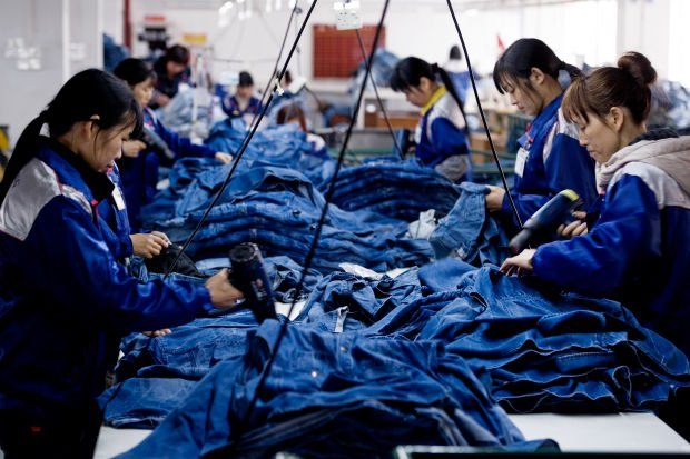 Внутри азиатской фабрики по пошиву одежды