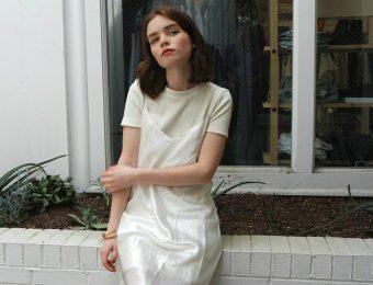 Учимся комбинировать платье-комбинацию с футболками