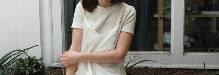 Девушка в платье-комбинации поверх футболки