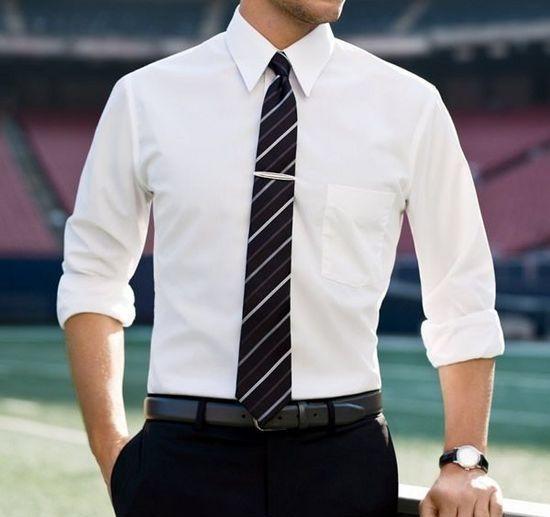 Торс мужчины в рубашке и галстуке