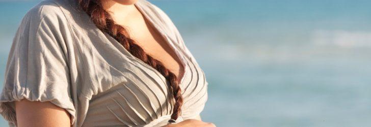 Беременная девушка у моря