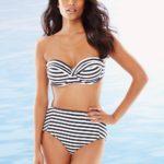 Модель в купальнике Tommy Bahama