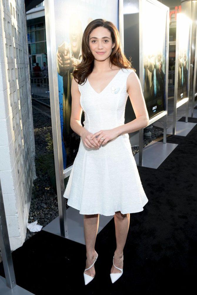 Образ с белым расклёшенным платьем