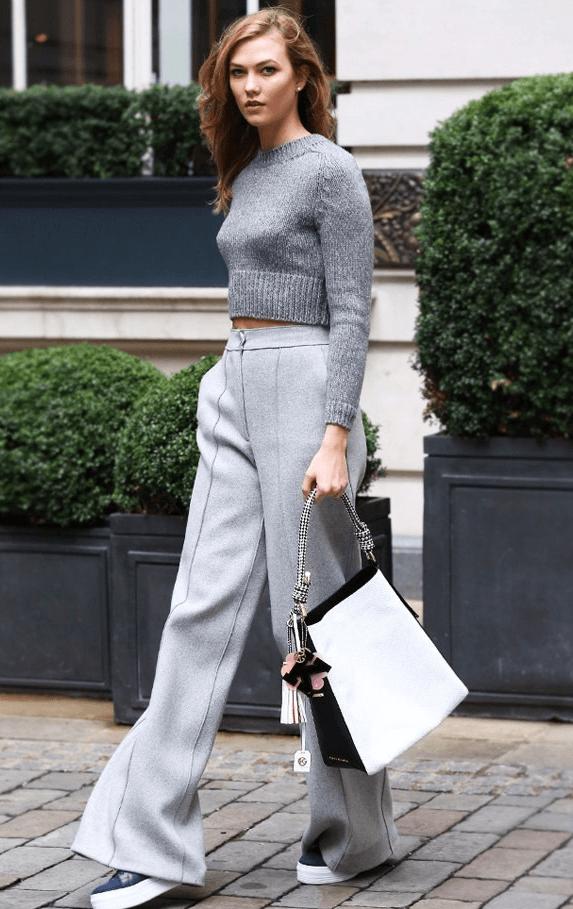 Карли Клосс с белой сумкой