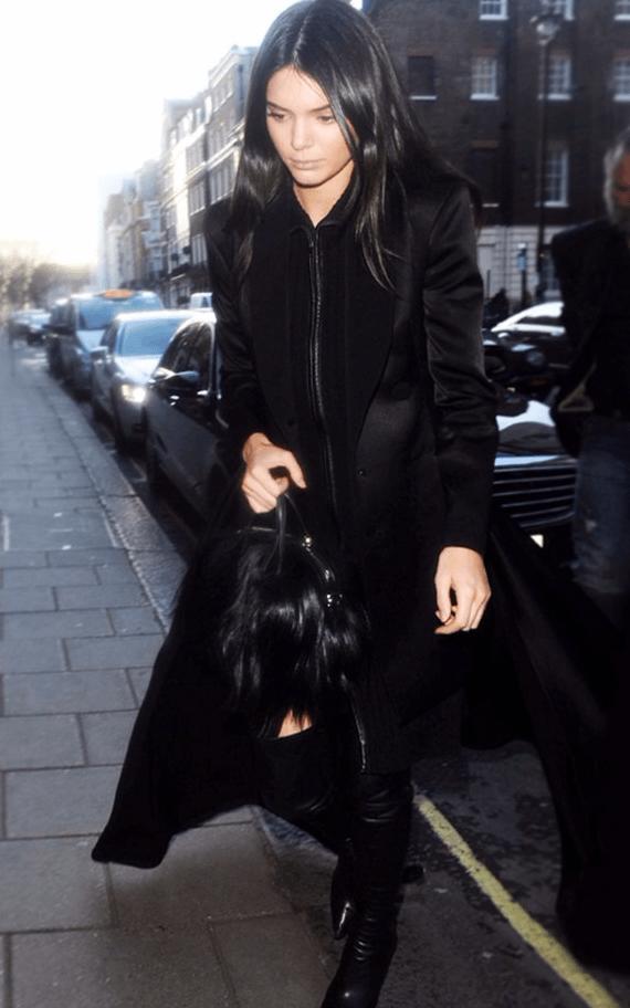 Кендалл Дженнер с чёрной сумкой
