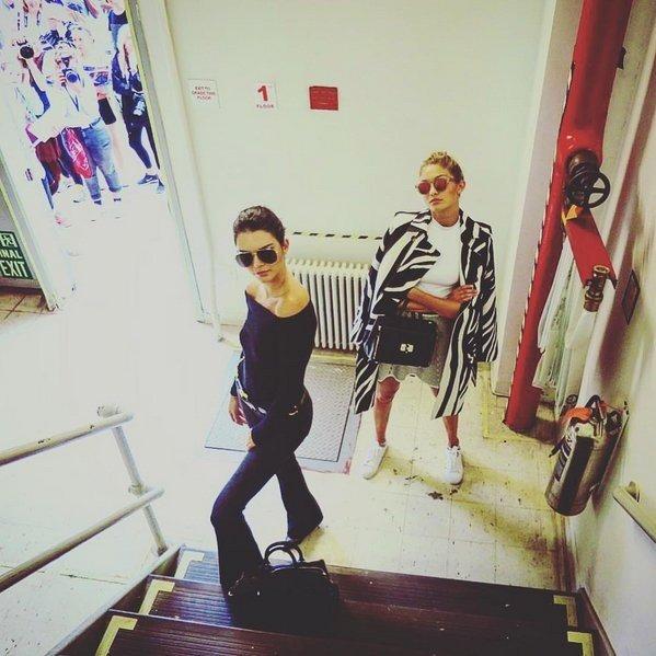 Кендалл и Джиджи в чёрно-белых нарядах