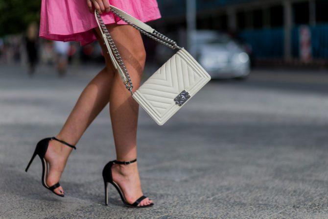 Девушка в босоножках на высоком каблуке