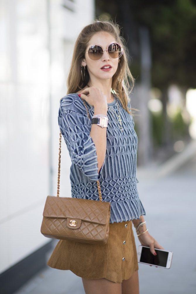 Девушка с сумкой Chanel