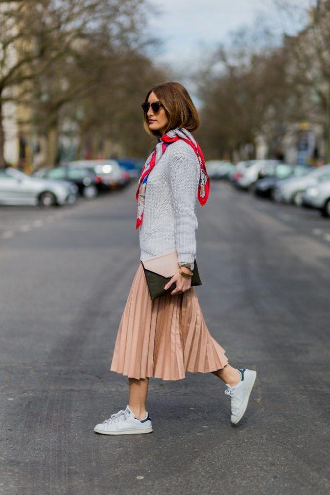 Девушка в юбке с кроссовками