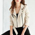 Модель в куртке Members Only