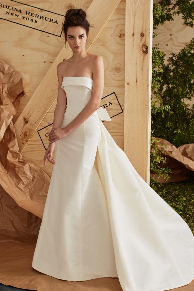 Модель в платье из свадебной коллекции Carolina Herrera 2017